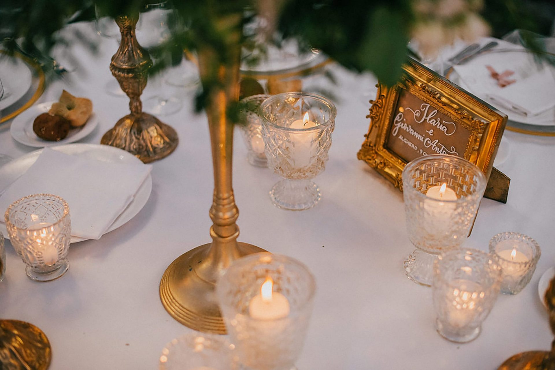 Ilaria e Giovanni, al fresco wedding, old gold and glass table decor