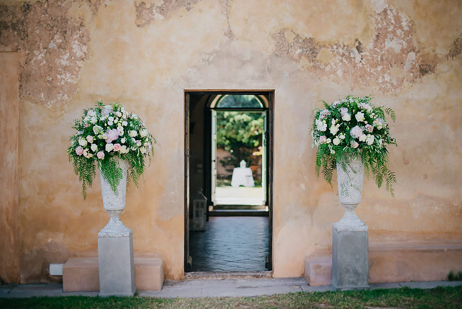Ilaria e Giovanni, al fresco wedding, entrance flower arrangements