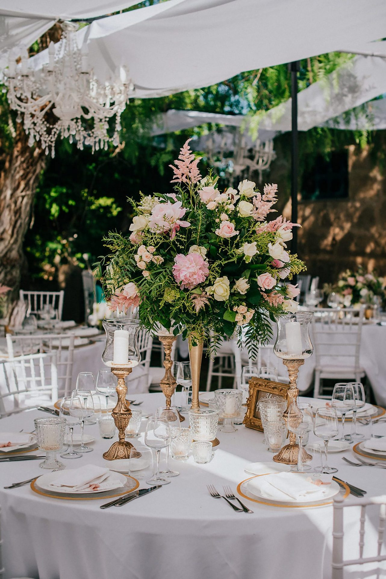 Ilaria e Giovanni, al fresco wedding, pastel tones and green flower centrepiece