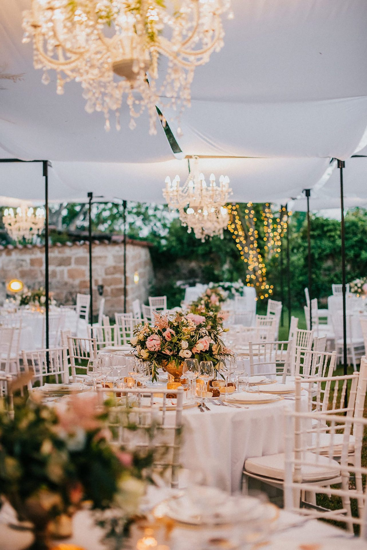 Ilaria e Giovanni, al fresco wedding reception, pastel tones centrepieces