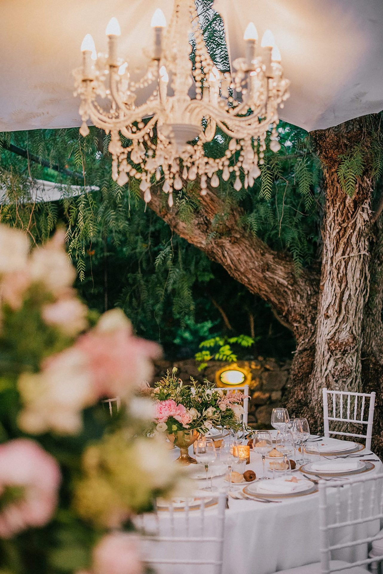 Ilaria e Giovanni, al fresco wedding reception, chandelier