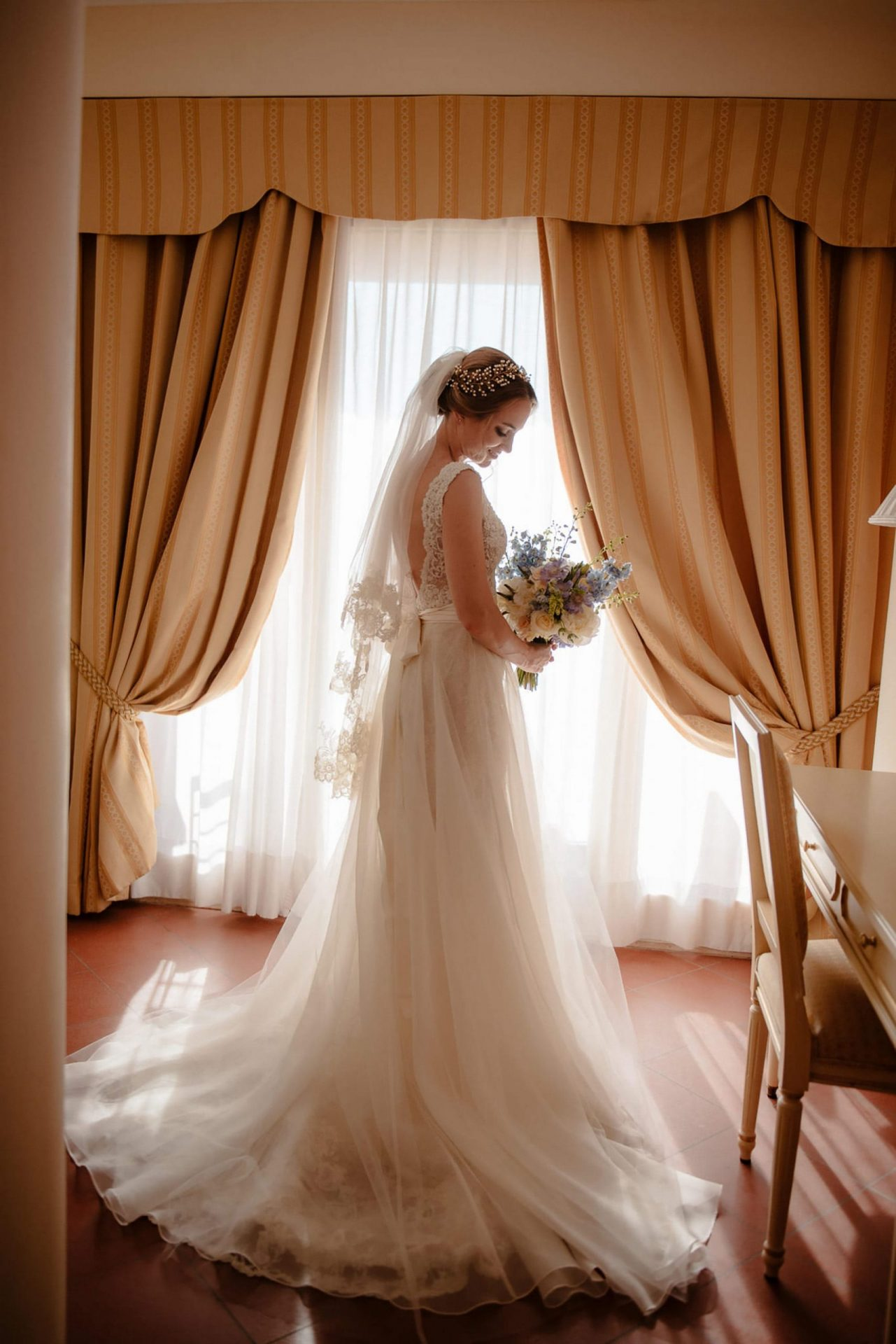 Linda and Enrico, the bride and the bouquet