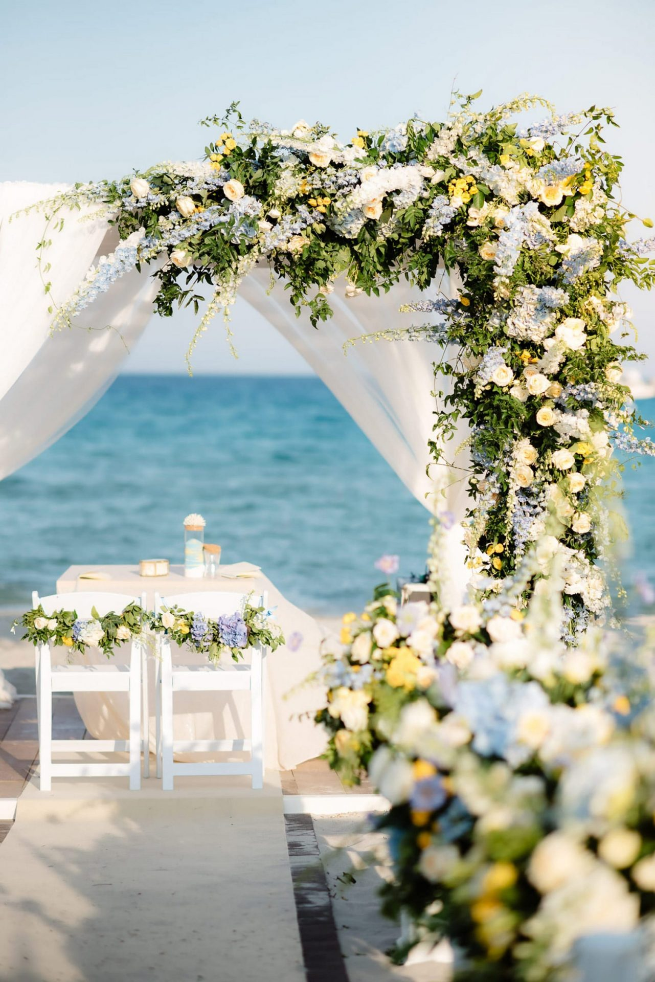 Linda and Enrico, flowers decorations on the beach