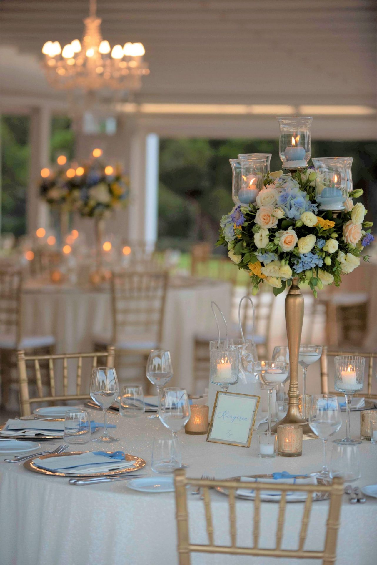 Linda and Enrico, sophisticated flowers centrepiece