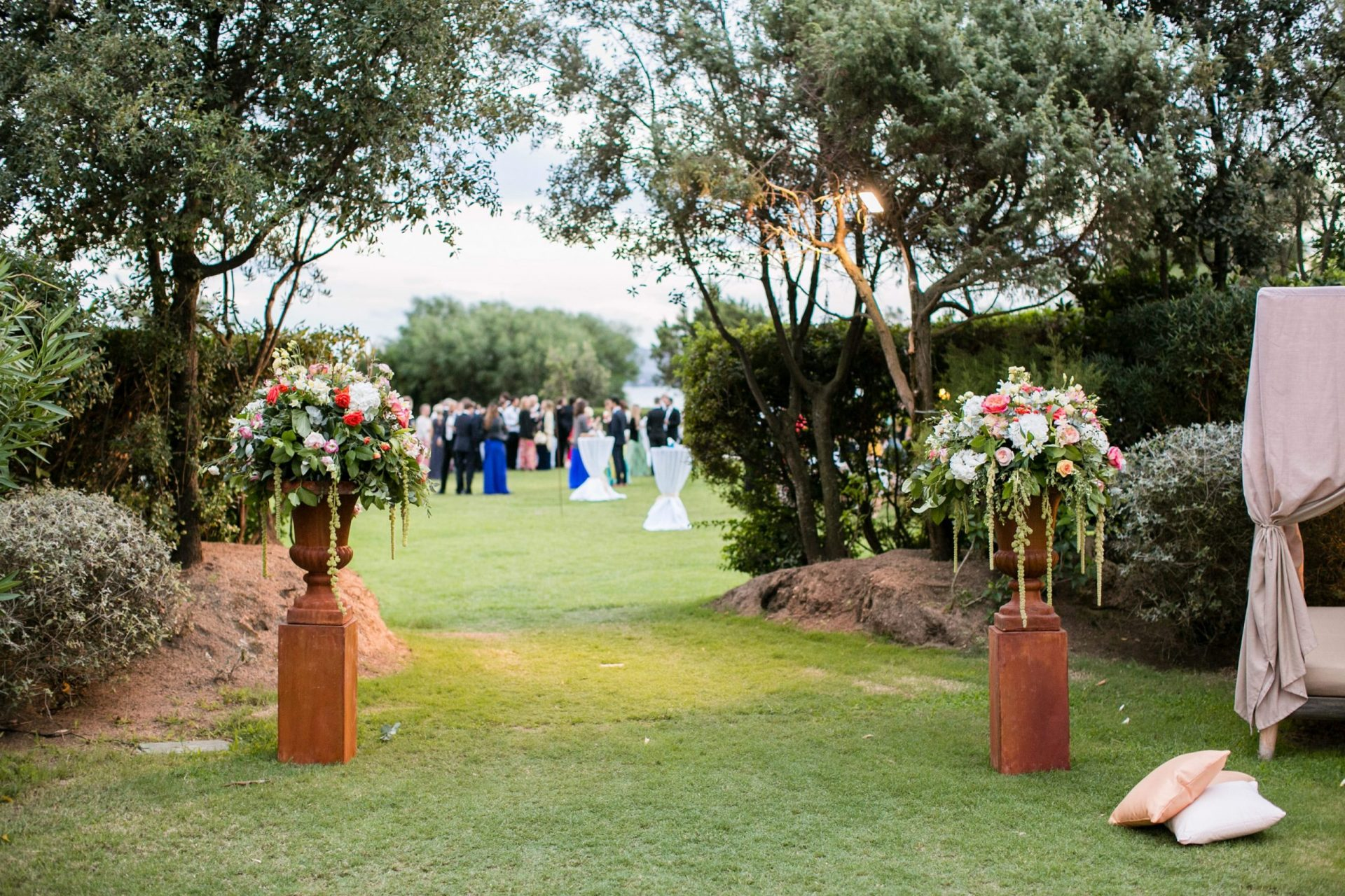 Lisa and Daniel, luxury wedding in Cala di Volpe, exclusive beach ceremony entrance