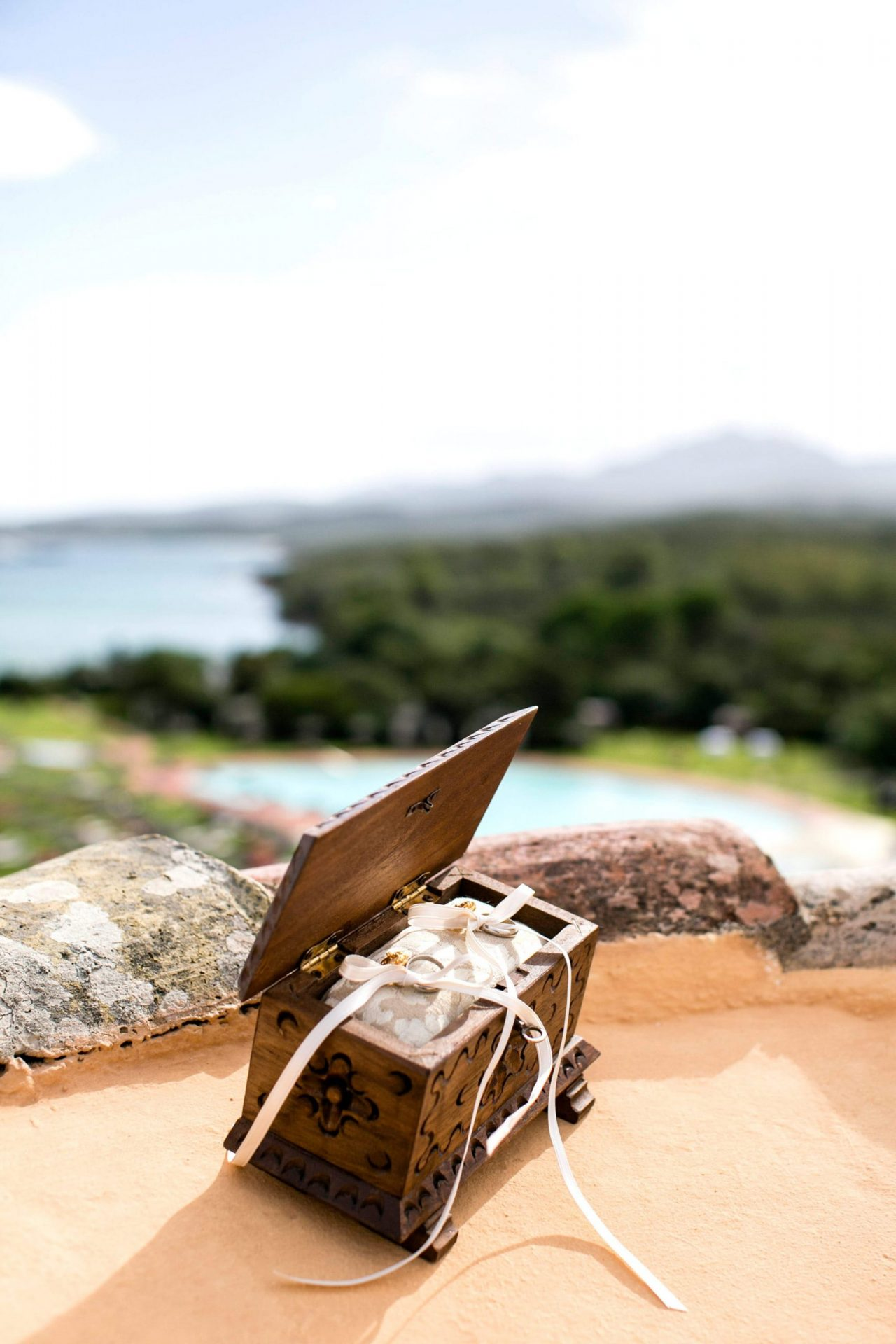 Lisa and Daniel, luxury wedding in Cala di Volpe, traditional Sardinia wedding ring-box