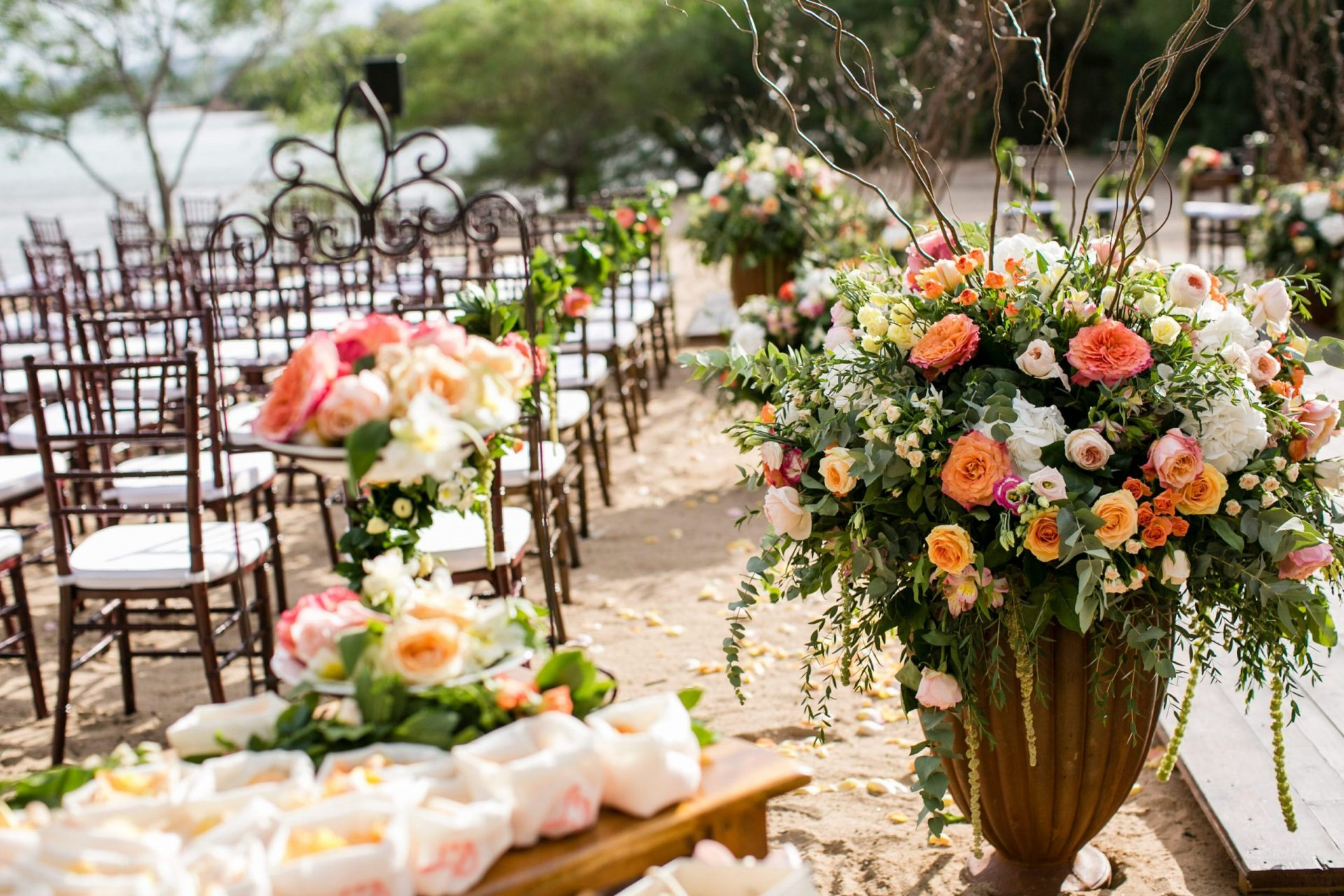 Lisa and Daniel, luxury wedding in Cala di Volpe, colourful and chic flower arrangements