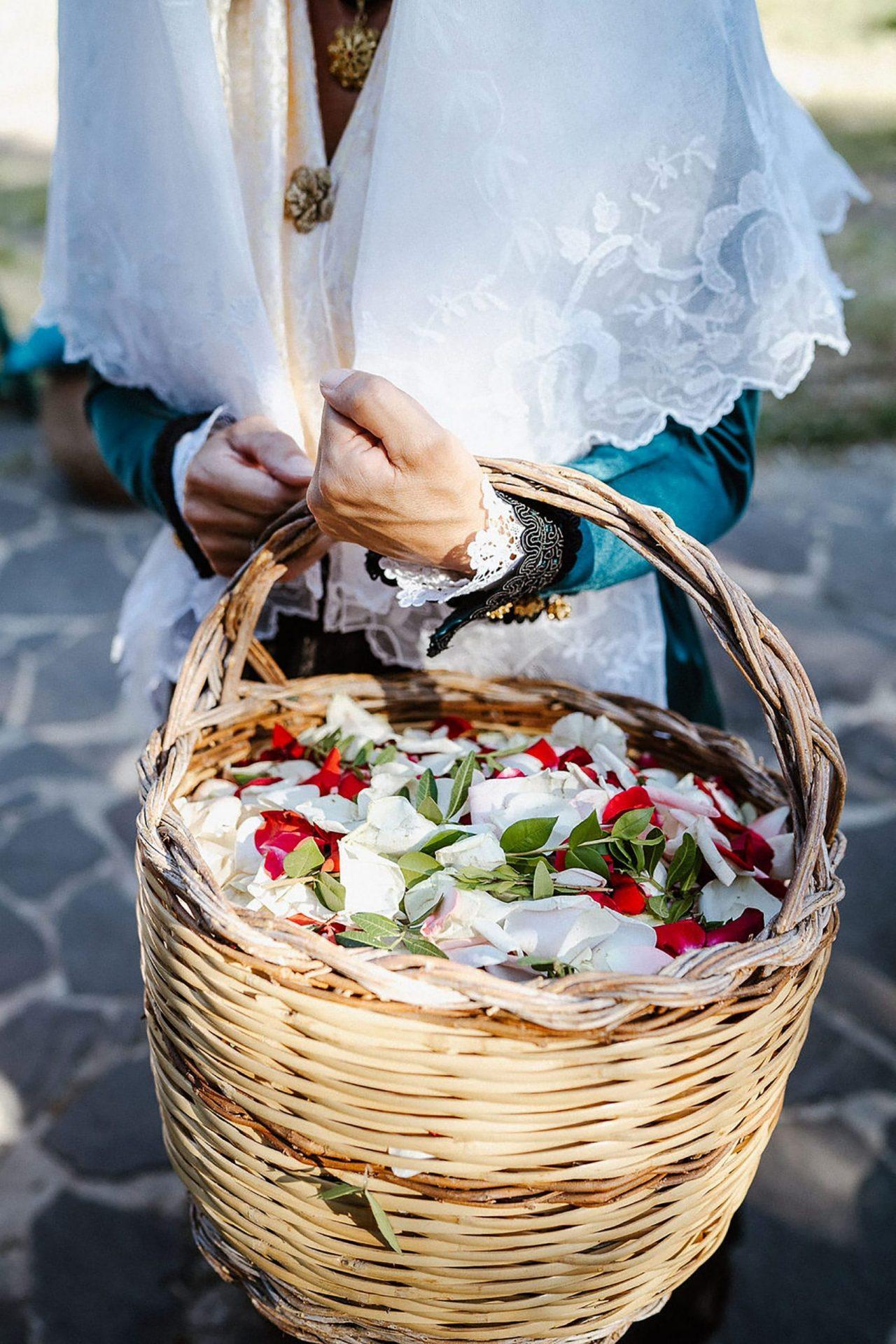 Marianna & Matteo, Sardinian basket with petals