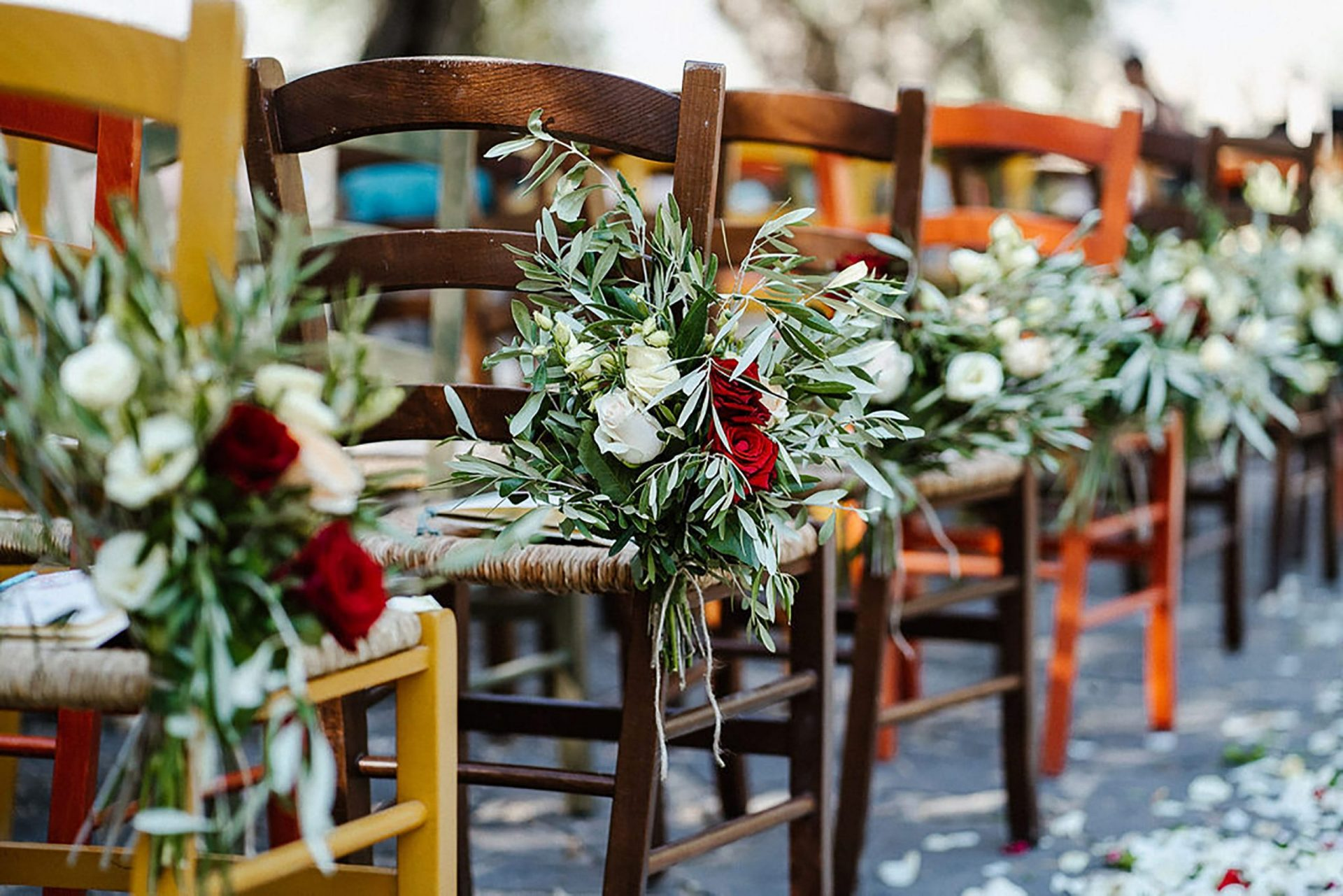 Marianna & Matteo, country inspired chairs decoration