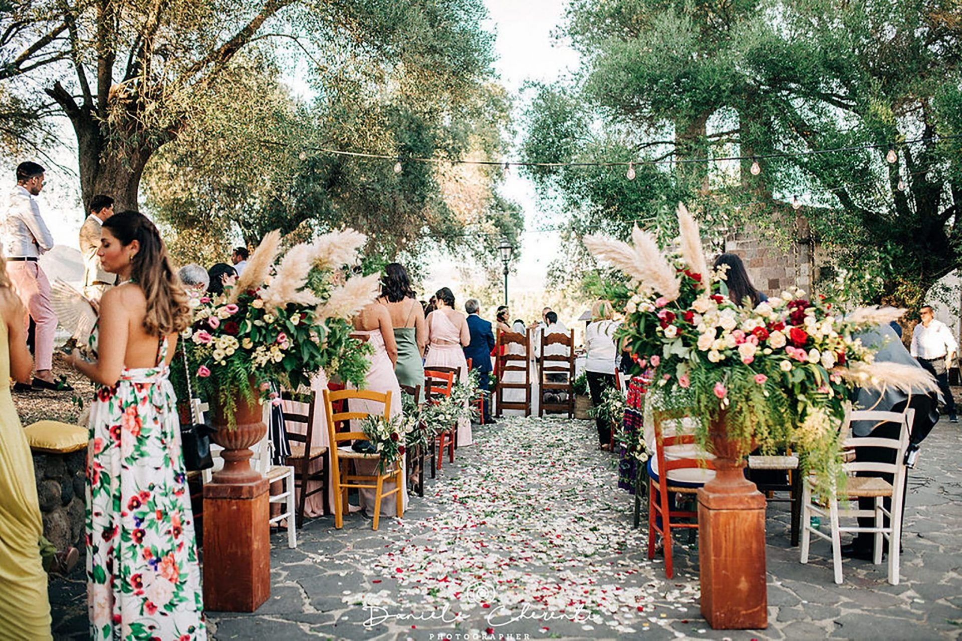 Marianna & Matteo, colorfull ceremony aisle