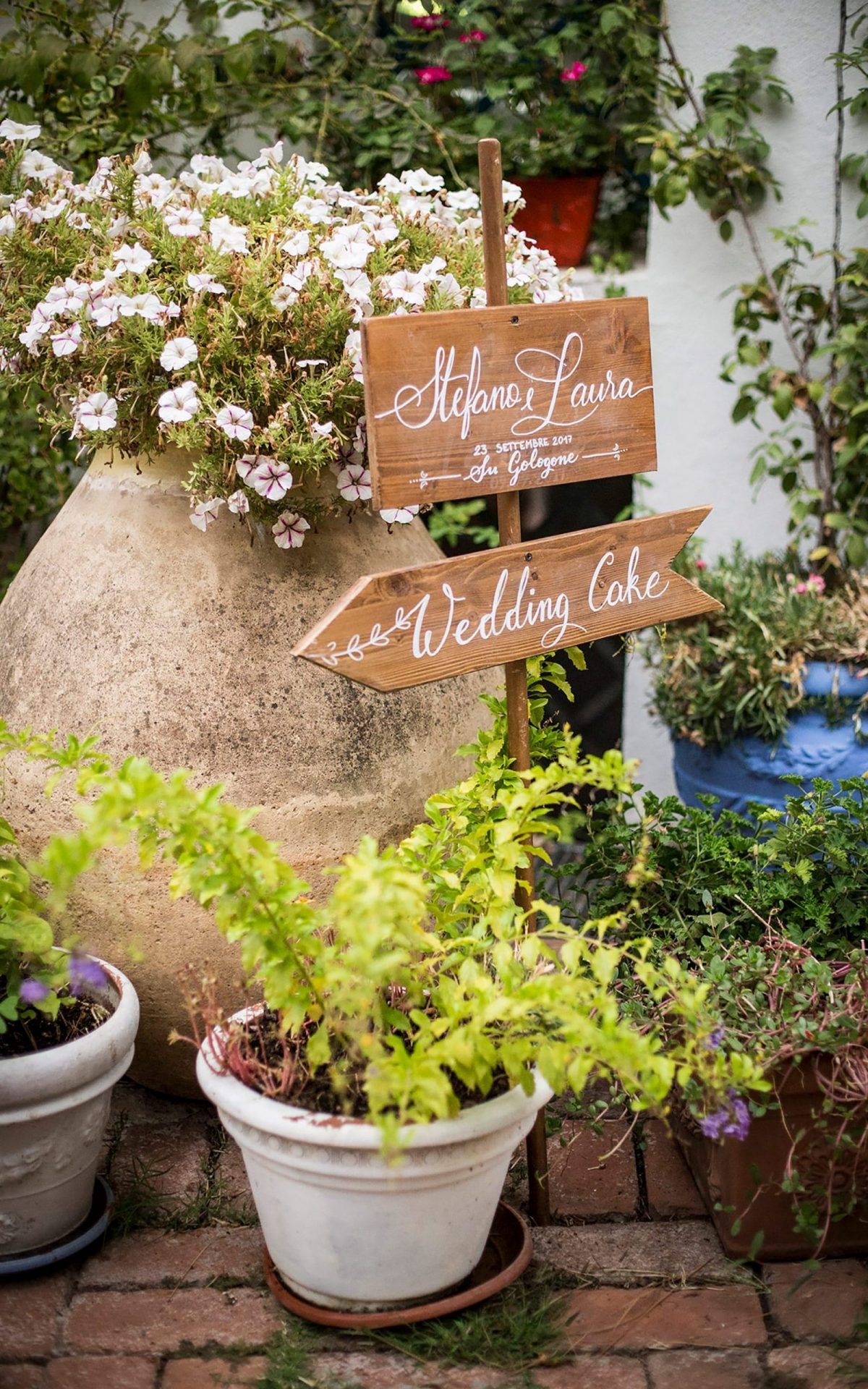 Su Gologone wedding, wooden signs